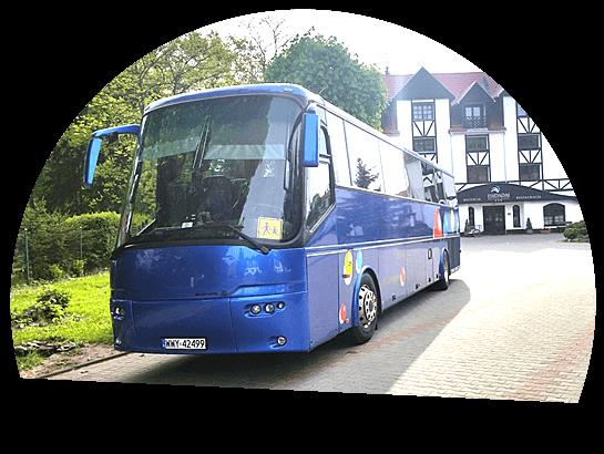 niebieski bus w miasteczku
